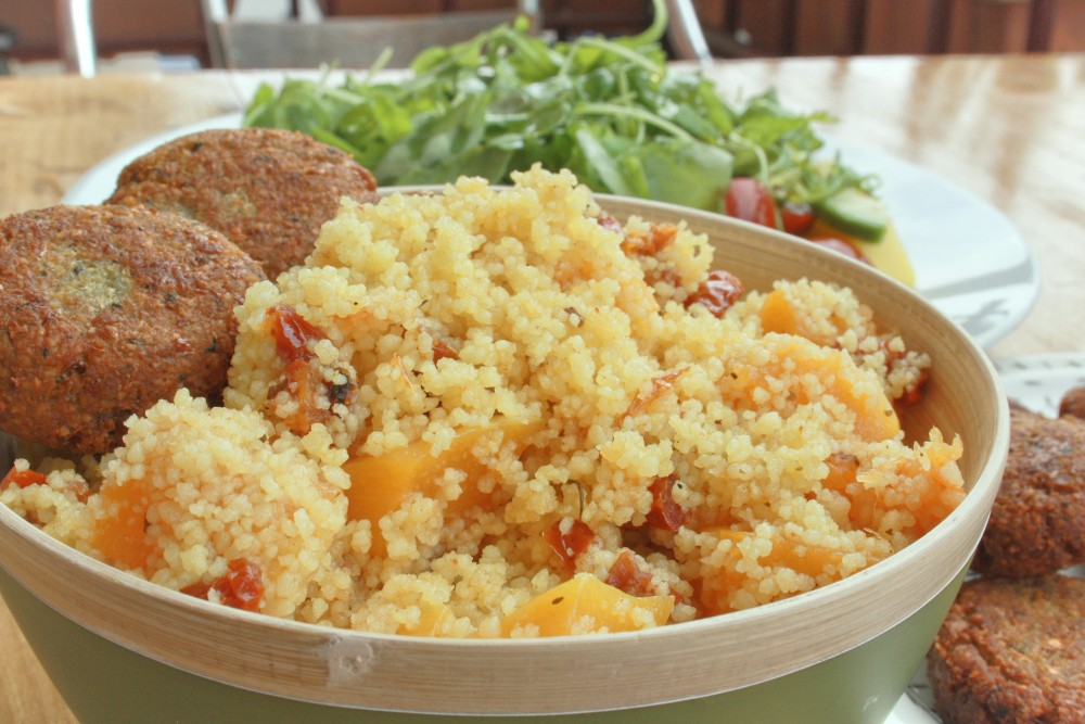 Cuscus con calabaza y tomates secos, falafel y ensalada de tomate, aguacate, rucula y mango.