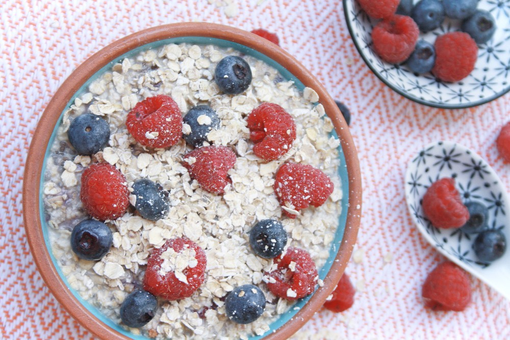 Overnight oats o pudin de avena con frutos del bosque